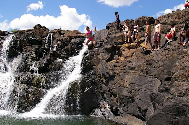 The devil s pool kolam semulajadi mencabar kematian for Piscina del diablo en zambia